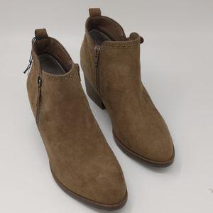 NWOT low boots, size 7.5, textile.